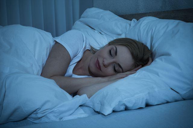 ぐっすり眠る女性の画像
