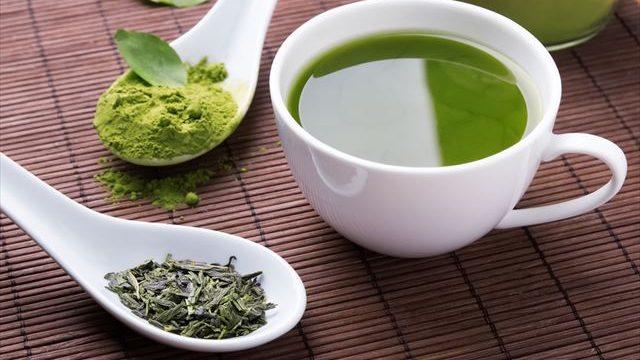 緑茶と茶葉の画像