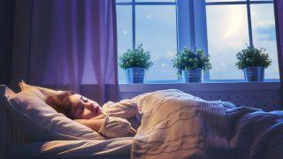 ぐっすり眠る少女の画像