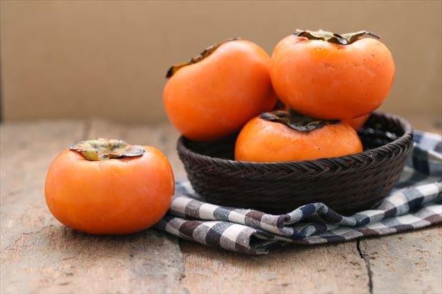 器に盛った柿の画像