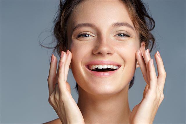 美しい肌で微笑む女性の画像