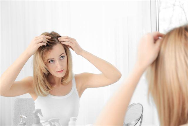 頭皮を気にする女性の画像