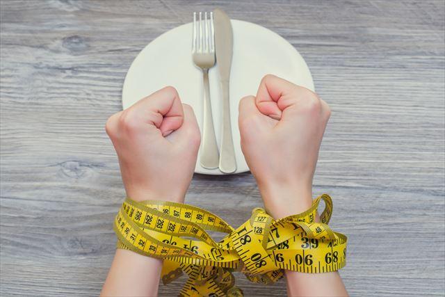 食事を我慢する手元の画像