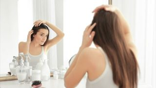 髪を気にする女性の画像