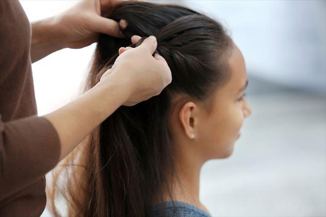 美容室でヘアケアする女性の画像