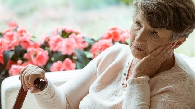 認知症の老婦人の画像