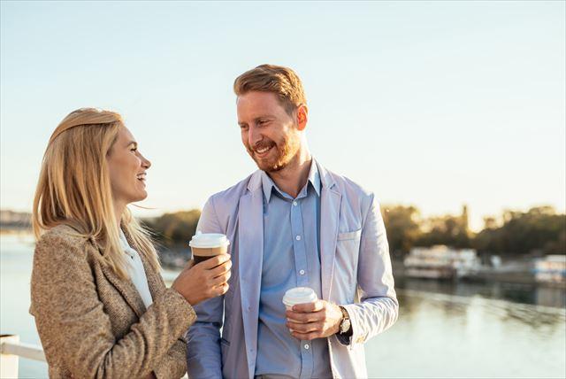 微笑む中高年夫婦の画像