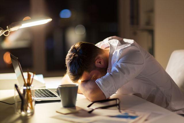 疲労に悩む男性の画像