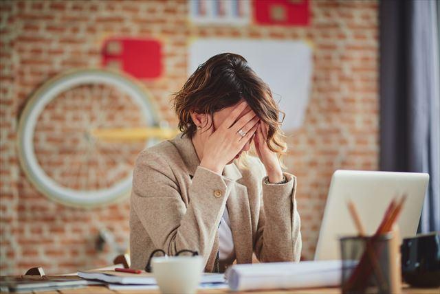 頭痛に悩む女性の画像