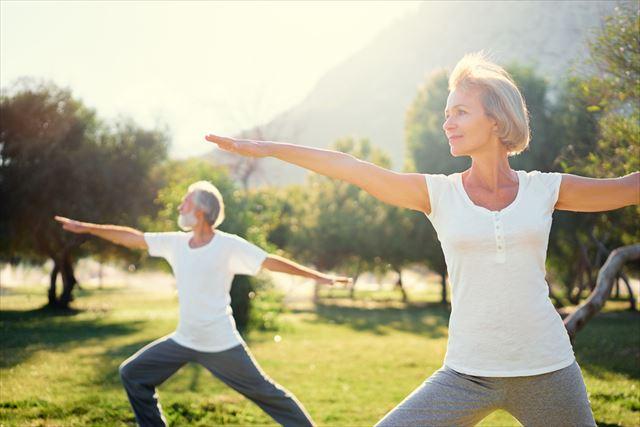健康的にヨガをする中高年の画像
